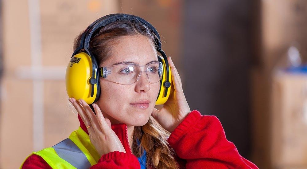 Port de casques antibruit ou de bouchons d'oreille afin d'atténuer le bruit au travail